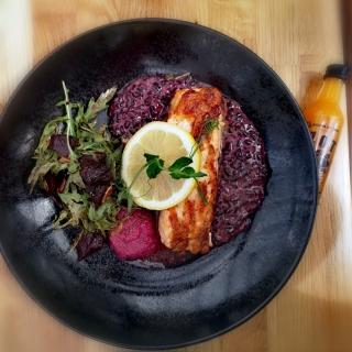 Dziś środa i propozycja na lunch z szotem witaminowym 🍯🍊🍋🌶️ nr 3  Pieczony łosoś, risotto z czarnego ryżu, pesto z buraka z płatkami migdałowymi, sałatka z rukoli z pieczonym burakiem i pestkami z dynii polana octem balsamicznym. A na dobre trawienie oczywiście #witaminowyszot 👌  Dobrej środy 👍😁🌞  Mamy dla Was fajna niespodziankę 🙈 Od dziś do pierwszego dnia lata SUPER PROMO - 30%. Szczegóły niebawem 🙉🙉🙉💯💯💯  #witaminowyszot #zdrowyshot #polskamarka #szotwitaminowy #energia #witalność #zdrowie #odporność #witaminy #aktywnywypoczynek #aktywność  #ekologiczne #trening #słońce #wege #lato #detoks #sila #fitness #życie #życiejestpiękne  #zdroweodżywianie #sok #odchudzanie #bikini #promo #kodrabatowy #promocjanalato☀️ #wege