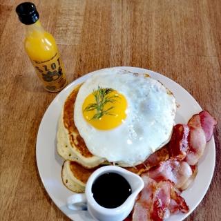 Coś po świętach ciężko się pozbierać 😁 Późne śniadanie 😊 z szotem witaminowym 🍯🍊🌶️🍋zdrowe/niezdrowe takie pół na pół dziś, a numer to chyba 12, tak? 🙈😂 ale pyszne palce lizać 👍 Pancakes z sadzonym jajkiem, boczkiem i syropem klonowym🤩 #witaminowyszot #sniadanie #breakfast #breakfastideas #latebreakfast #pyszne #mockurkumy #mocimbiru #szotwitaminowy #booster #eggsforbreakfast #eggs #polskamarka #przerwa #poranek #morningvibes #goodmorning #środa #srodektygodnia😊👌 #wendsday #wendsdaymood #odporność #dbajozdrowie #dbajosiebie #zdrowie #zdrowiejestnajważniejsze